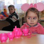 eurasia, georgia, ritratto di due bambini in un orfanotrofio asilo nel villaggio di gori, sul confine con l'ossezia del sud |eurasia, georgia, portrait of two children in an orphanage in the village of asylum gori, on the border with South Ossetia