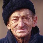 Romania, un uomo si presta per un ritratto lungo la strada sui Carpazi