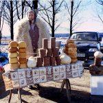 Romania, una donna vende formaggi lungo la strada per Brasov