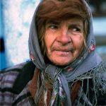 Romania, una donna si presta per un ritratto nel villaggio di Adjudeni