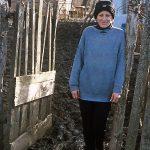 Romania, una donna davanti alla propria abitazione a Scheia