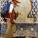 Marocco, un uomo davanti ad un fontanile in una via a Meknès