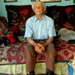 Romania, un anziano nelle sua casa a Scheia
