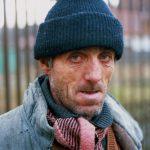 Romania un uomo si presta per un ritratto a Iasi
