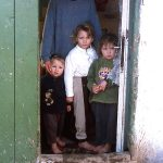 Romania, una donna con i suoi figli nel villaggio rurale a Scheia