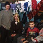 Romania una famiglia nella loro abitazione in un villaggio rurale nei pressi di Scheia