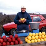 Romania, una donna vende delle mele lungo la strada per Nadlak