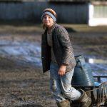 Romania, una ragazzina trasporta una bombola del gas a Scheia