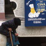 Romania, una donna chiede l'elemosina davanti ad un ristorante nel centro di Iasi